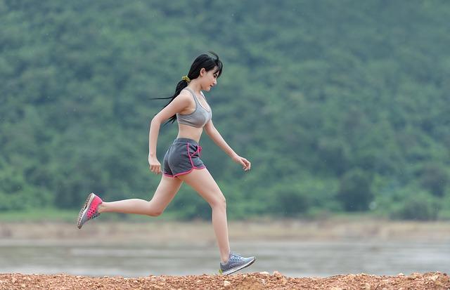 她的身材不僅是單憑靠著抽脂減肥,而是相當努力地運動所維持住